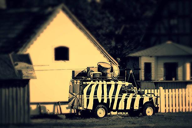 Veículo Off-Road com Listras da zebra estacionado - foto de acervo