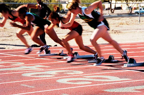disattivare i blocchi - corsa su pista femminile foto e immagini stock
