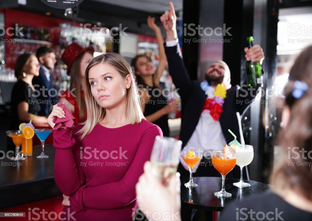 Mulher ofendida com homem bêbado na festa na boate - foto de acervo