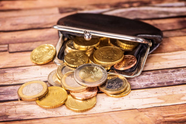 Offene Geldbörse mit vielen Münzen stock photo