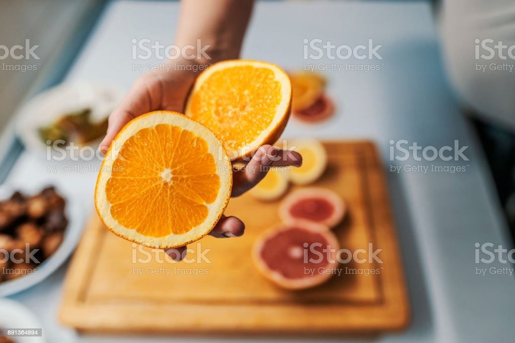 Offrant une orange - Photo
