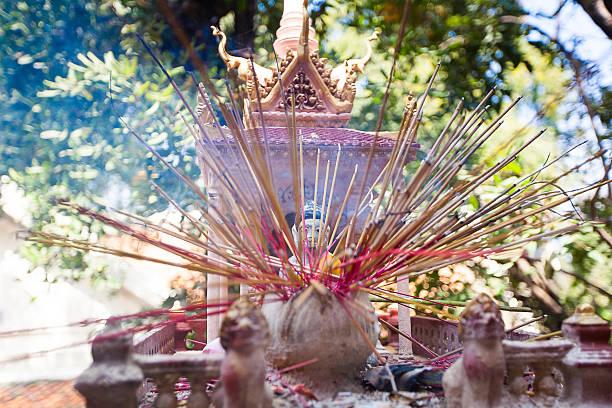 Angebot zu den Göttern in temple mit aroma-sticks – Foto