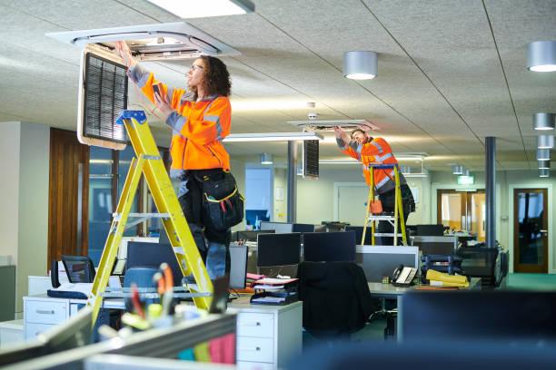 kontor aircon service - kvinna ventilationssystem bildbanksfoton och bilder