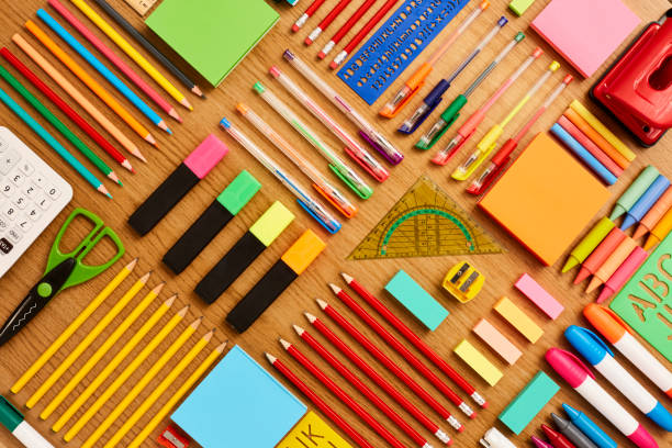 office and school supplies arranged on wooden table - knolling - ordre photos et images de collection