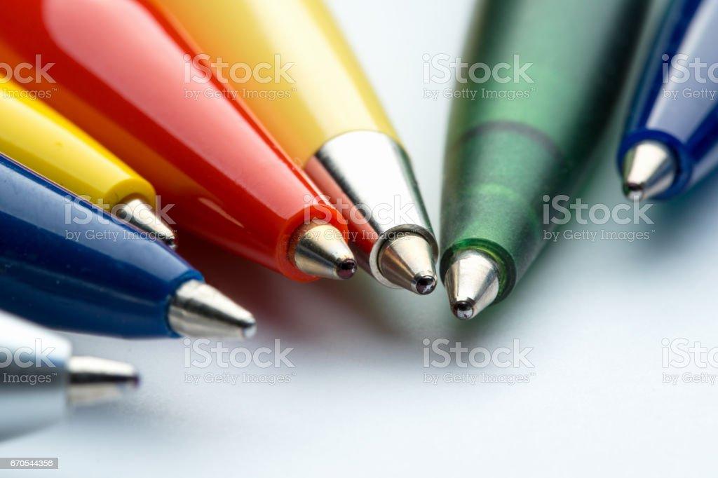 Oficina: bolígrafos de varios colores - foto de stock