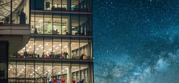 office building bei nacht - london themenzimmer stock-fotos und bilder
