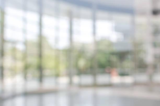 사무실 건물 비즈니스 로비 흐리게 유리 창 투명 벽 내부 보기 빈 입구 홀 내부 흐림 배경 - 빗나간 포커스 뉴스 사진 이미지