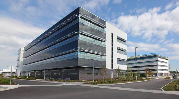 office exteriores do edifício - arranha céu - fotografias e filmes do acervo
