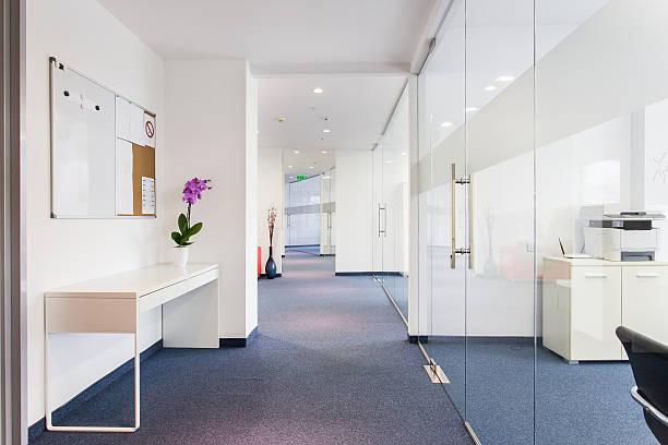 bürogebäude innen - eingangsbereich teppich stock-fotos und bilder