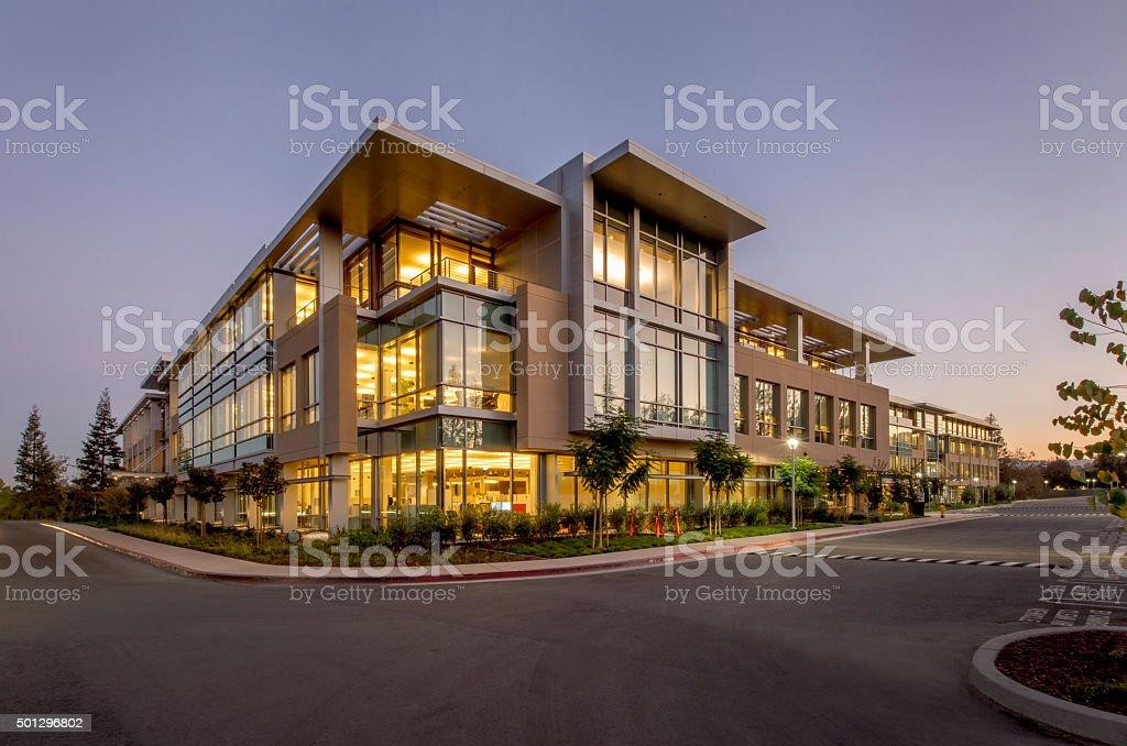 Office Building, noite, de Silicon Valley, Califórnia - Foto de stock de 2015 royalty-free