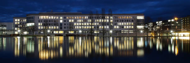 Office building reflected in a lake – Foto