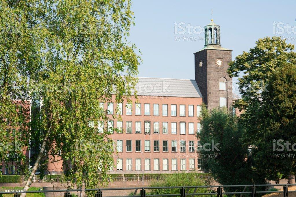 kantoorgebouw met toren, klok, Den Bosch, de Hertogenbosch, Nederland foto