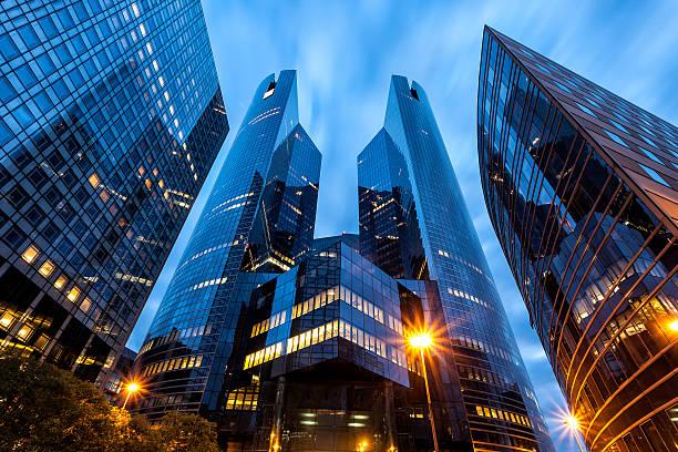ufficio edifici nel quartiere finanziario la défense a parigi, francia - quartiere finanziario foto e immagini stock