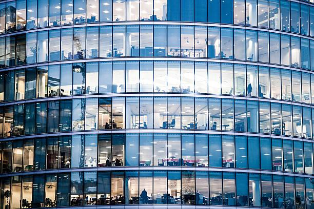 edifícios de escritórios em noite - arranha céu - fotografias e filmes do acervo