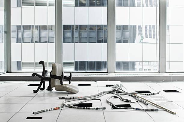 bürostuhl und zopfmuster auf der etage - abwesenheit stock-fotos und bilder