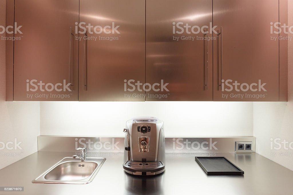 Cocina Interior Oficina De Cromo Con Fregadero Refrigerador Y ...