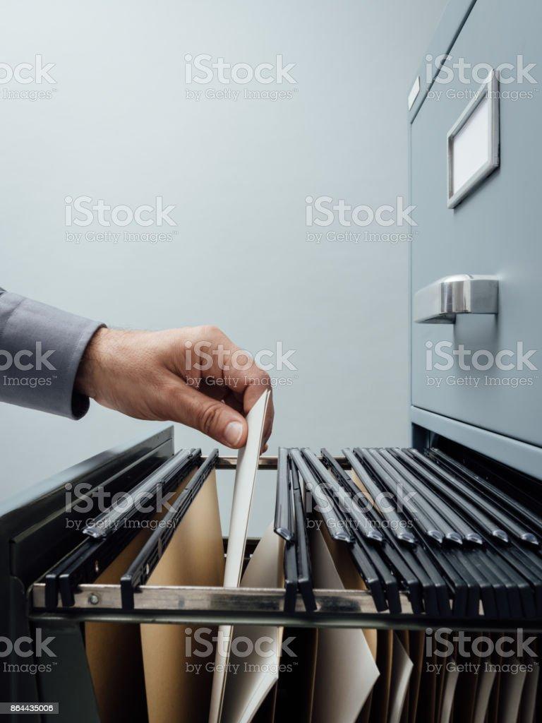 Bürokauffrau, die auf der Suche nach Dateien – Foto