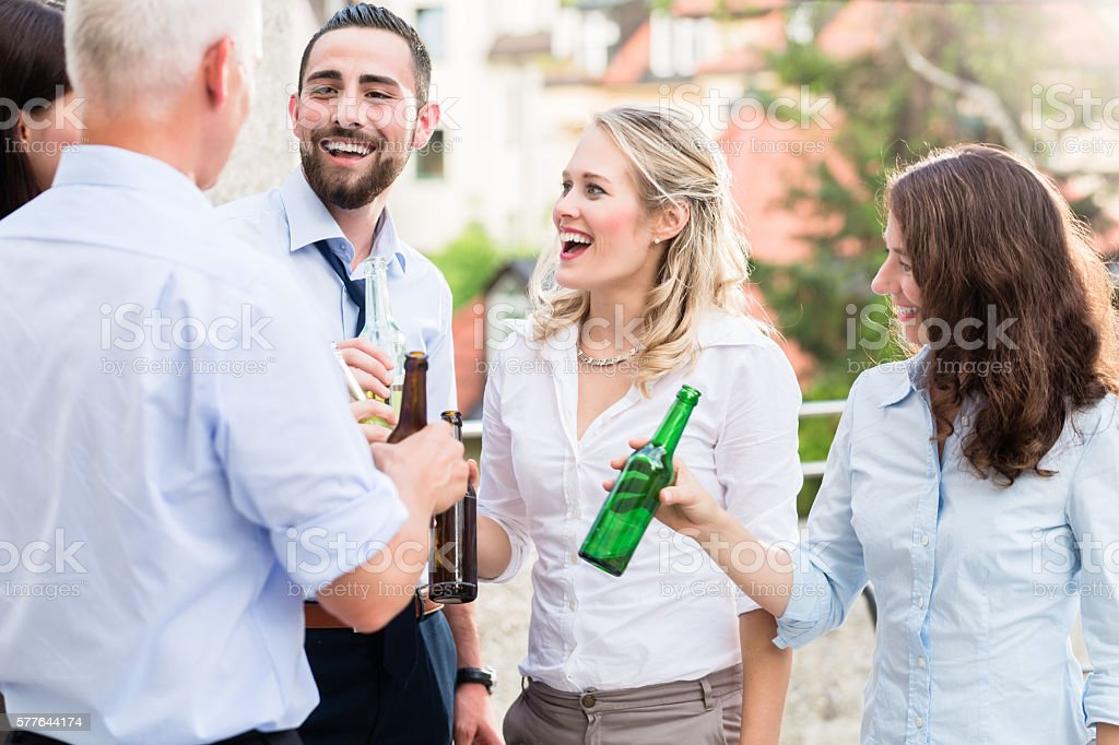 Office colleagues drinking beer after work - foto stock