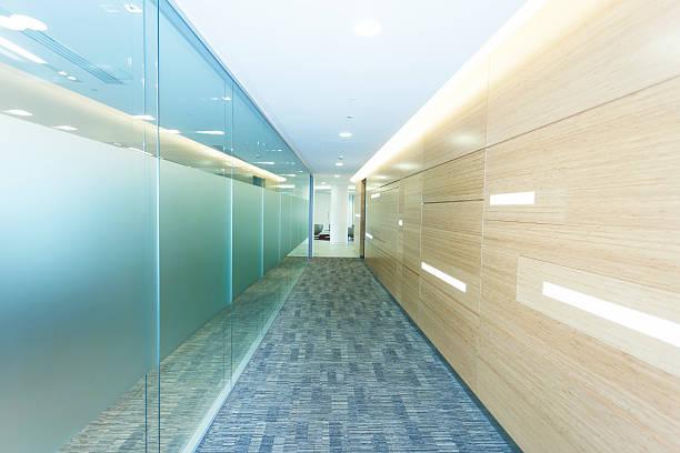 büro-korridor - eingangsbereich teppich stock-fotos und bilder
