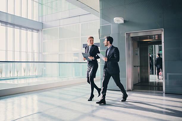 Büro-Korridor mit Aufzug in der morgen Rush Hour – Foto