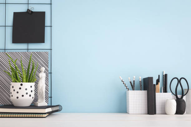 備品、青い壁とオフィスクリエイティブデスク。モックアップ - 机 ストックフォトと画像