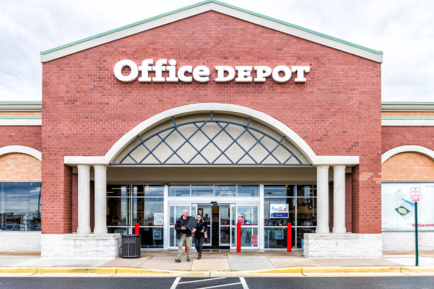 office depot store in fairfax county, virginia shop exterior entrance with sign, logo, doors , couple walking out - station stock pictures, royalty-free photos & images