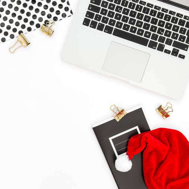 büro schreibtisch laptop dekoration weihnachtsgeschäft flach zu legen - schlüssel dekorationen stock-fotos und bilder