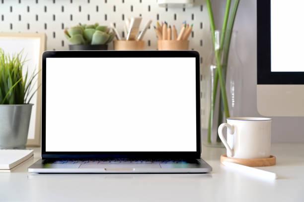 cenário de mesa de escritório com computador portátil de maquete tela em branco. espaço de trabalho mínimo - escrivaninha - fotografias e filmes do acervo