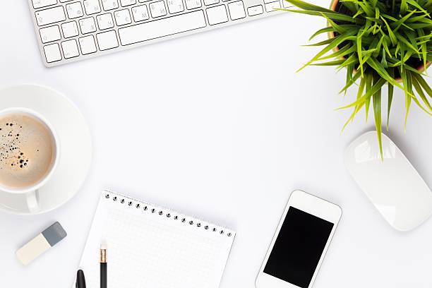 table de bureau avec ordinateur de bureau, fournitures, fleurs et un tass'à café - palm photos et images de collection