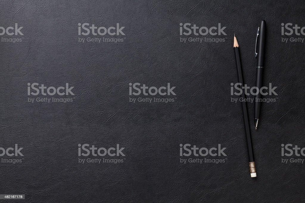 Mesa de oficina con escritorio y Lápiz linterna - foto de stock
