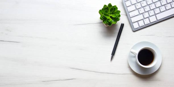 tavolo da tavolo da ufficio con forniture. flat lay business luogo di lavoro e oggetti. vista dall'alto. spazio di copia per il testo - flat lay foto e immagini stock
