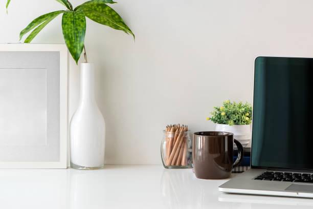 Mesa escritorio de oficina con ordenador portátil y suministros de oficina, espacio de trabajo y copia. - foto de stock