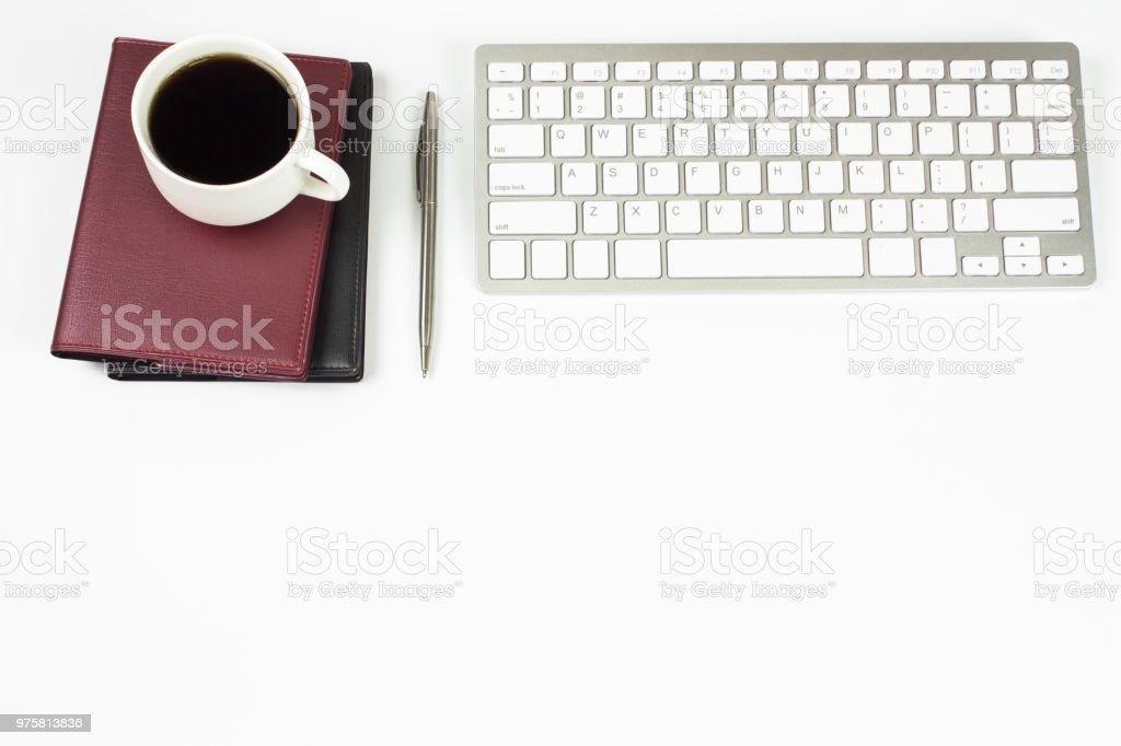 Büroansicht Tischplatte mit Textfreiraum, Brille und Buch. Bürobedarf, Blank und Notebook auf weißem Hintergrund - Lizenzfrei Arbeiten Stock-Foto