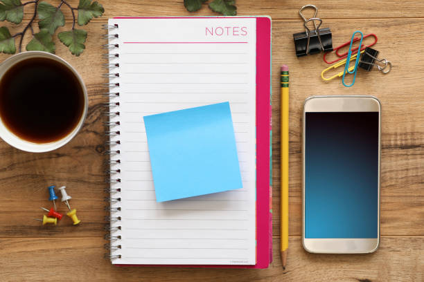 kontors bord med blank antecknings block och mobil telefon. - linjerat papper bakgrund bildbanksfoton och bilder