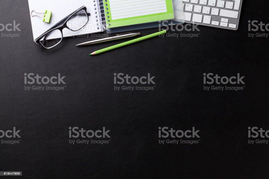 Escritorio de oficina con computadoras y suministros - foto de stock
