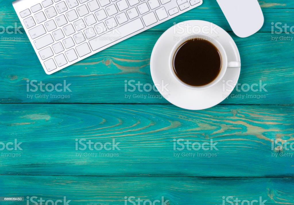 Schreibtisch mit Textfreiraum. Digitale Geräte drahtlose Tastatur und Maus auf roten Holztisch mit Tasse Kaffee, Ansicht von oben Lizenzfreies stock-foto