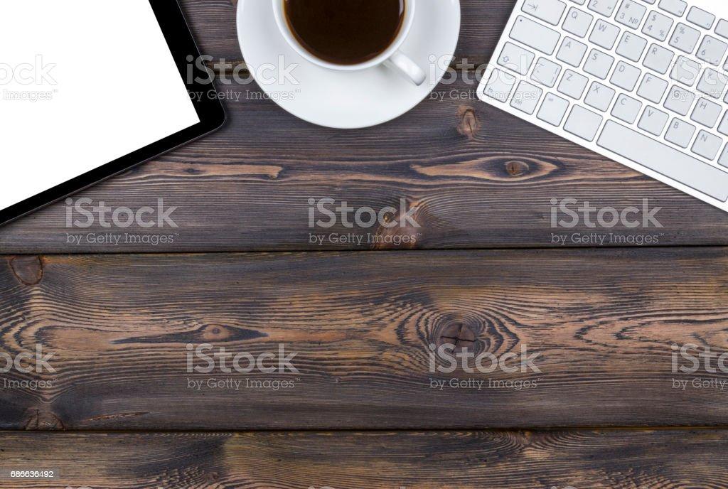 Schreibtisch mit Textfreiraum. Digitale Geräte wireless Tastatur, Maus und Tablet-Computer mit leeren Bildschirm auf dunklen Holztisch mit Tasse Kaffee, Ansicht von oben Lizenzfreies stock-foto