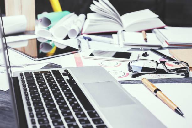 Büro-Desktop mit verschwommenen Gerät – Foto