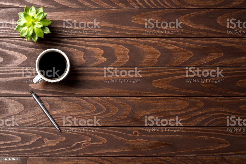 Büro-Desktop mit Tasse Kaffee. Ansicht von oben – Foto