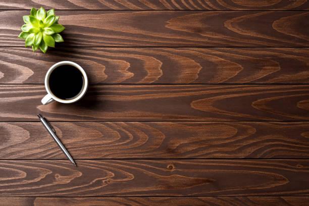 커피 한잔과 함께 사무실 데스크톱입니다. 상위 뷰 - 바로 위 뉴스 사진 이미지