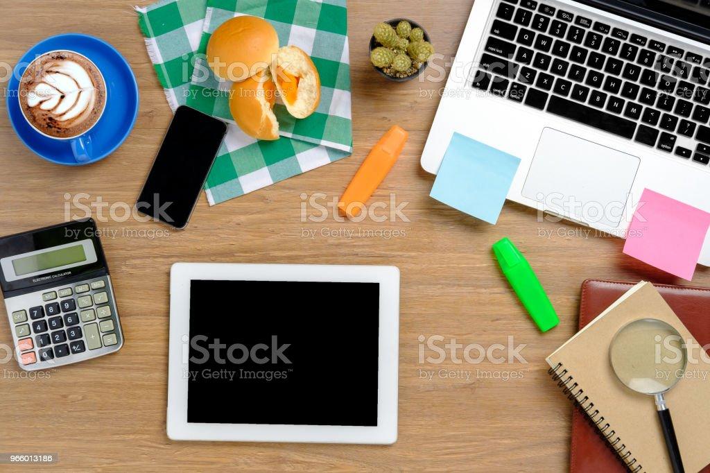 Office skrivbord med förnödenheter. - Royaltyfri Balans Bildbanksbilder