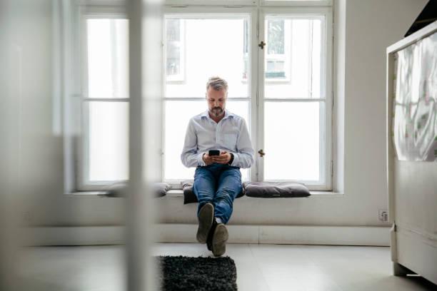 Büroangestellter saß Fenster Pause von der Arbeit – Foto