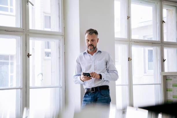 Fenster mit Smartphone Stand Büroangestellter – Foto