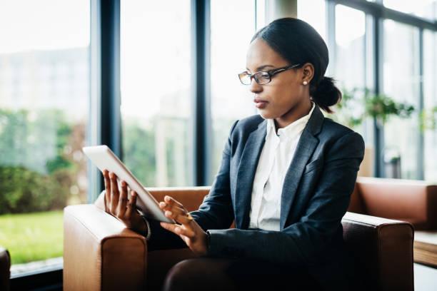 Büroangestellter mit Digital-Tablette – Foto