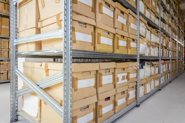 Pastas de arquivo de gabinete, pilha de documentos em caixa de papelão, burocracia - foto de acervo