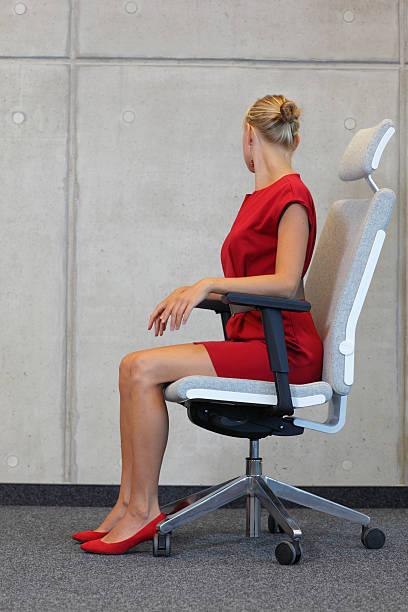 büro fitness-business-frau, die ausübung auf stuhl - hals übungen stock-fotos und bilder