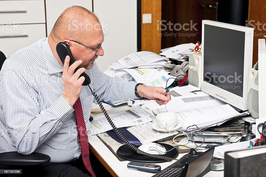 Büro Begabung an seinem Unordentlich Schreibtisch – Foto