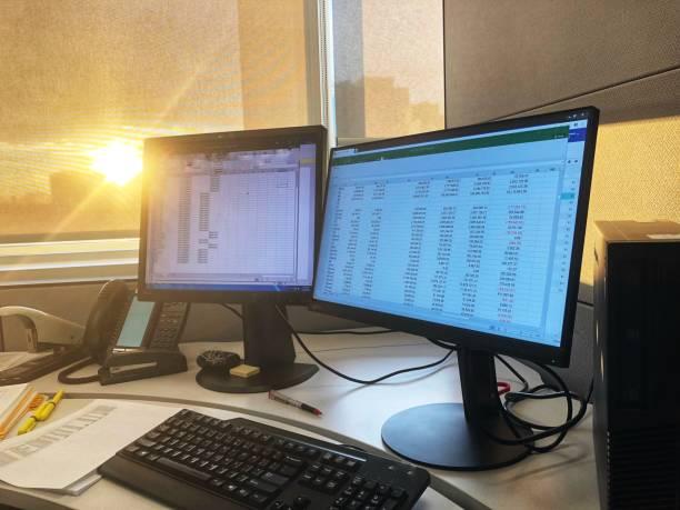 büro sonnenuntergang innenansicht - tabellenkalkulation stock-fotos und bilder