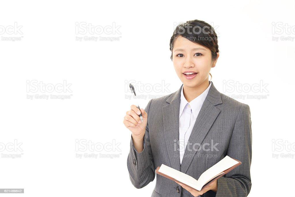 Donna sorridente in ufficio foto stock royalty-free