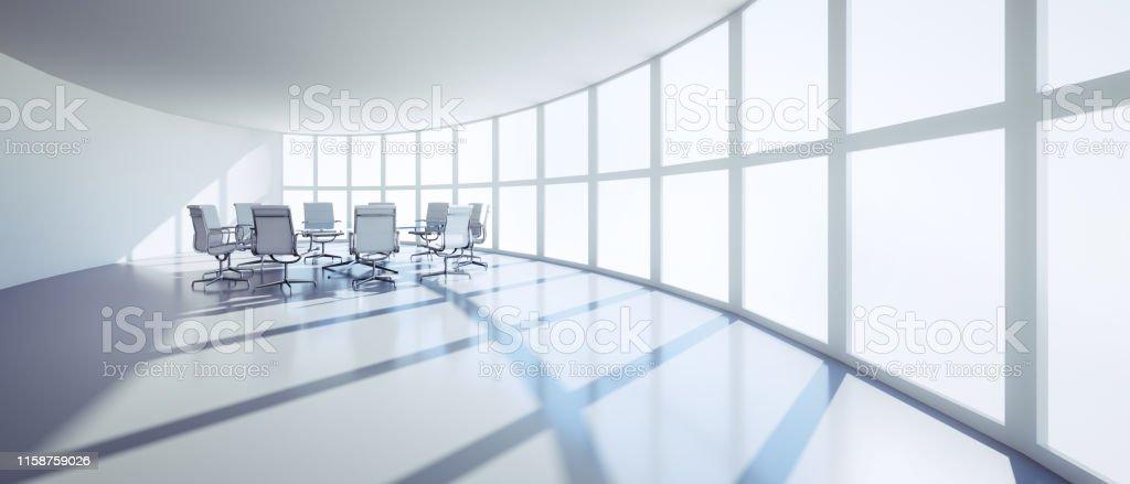 Ovaler Büroraum mit Fensterfront im Sonnenlicht, runder...
